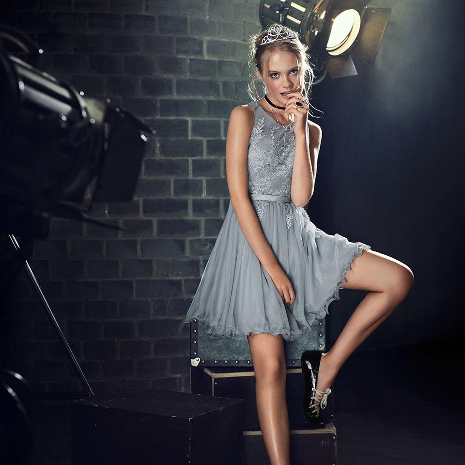 Konfirmation Abendkleider Vera Mont VM schön ausgefallen jung grau silber Oberteil mit Stickerei Tüllrock kurzes Kleid