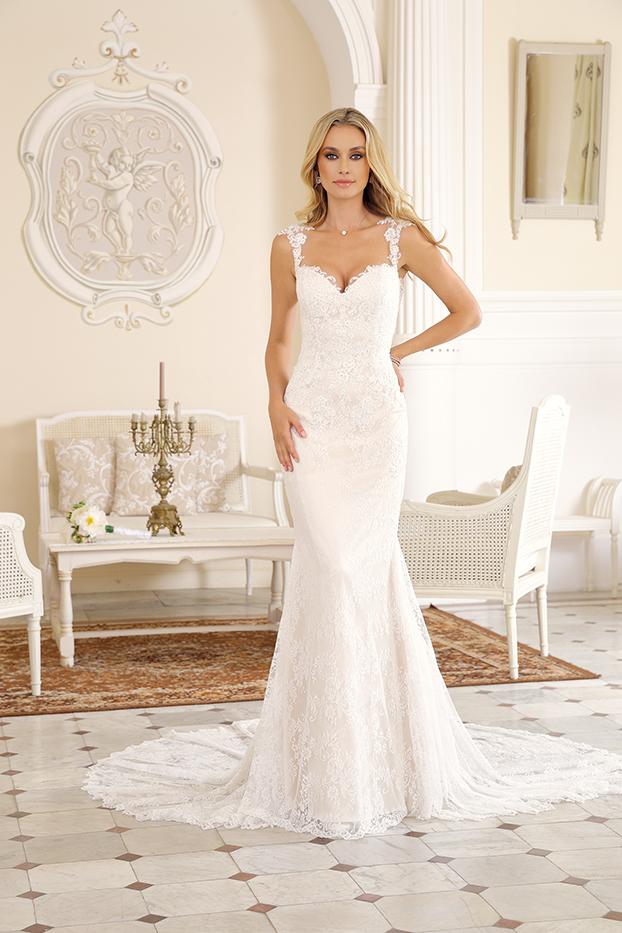 Brautkleid im Mermaid Stil   aus Style Form Spitze. Schlichtes Meerjungfrau Brautkleid lang mit V-Ausschnitt und kleiner Schleppe in ivory figurbetond