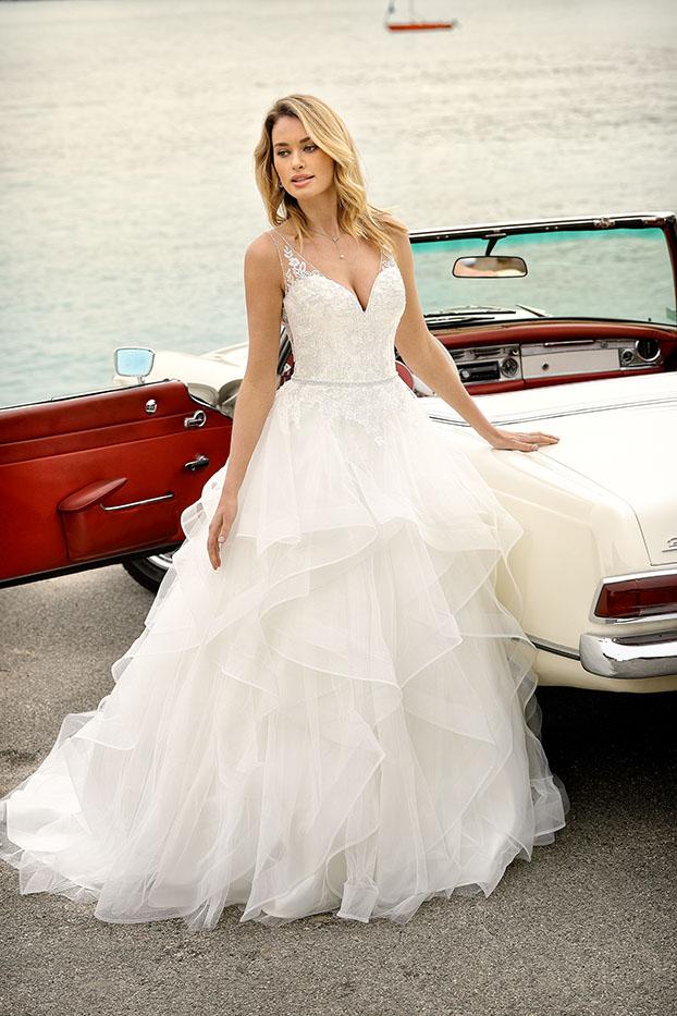 Brautkleider Hochzeitskleider Ladybird aufwendiger Prinzessinnenstil Stil Style Form V-Ausschnitt Spitze Strass Glitzer lange Schleppe weiter stufiger Organza Rock Taillen Gürtel