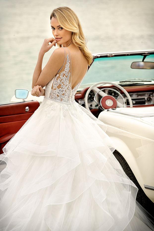 Brautkleider Hochzeitskleider Ladybird aufwendiger Prinzessinnenstil Stil Style Form V-Ausschnitt Spitze Strass Glitzer lange Schleppe weiter stufiger Organza Rock Taillen Gürtel Nahaufnahme Rücken
