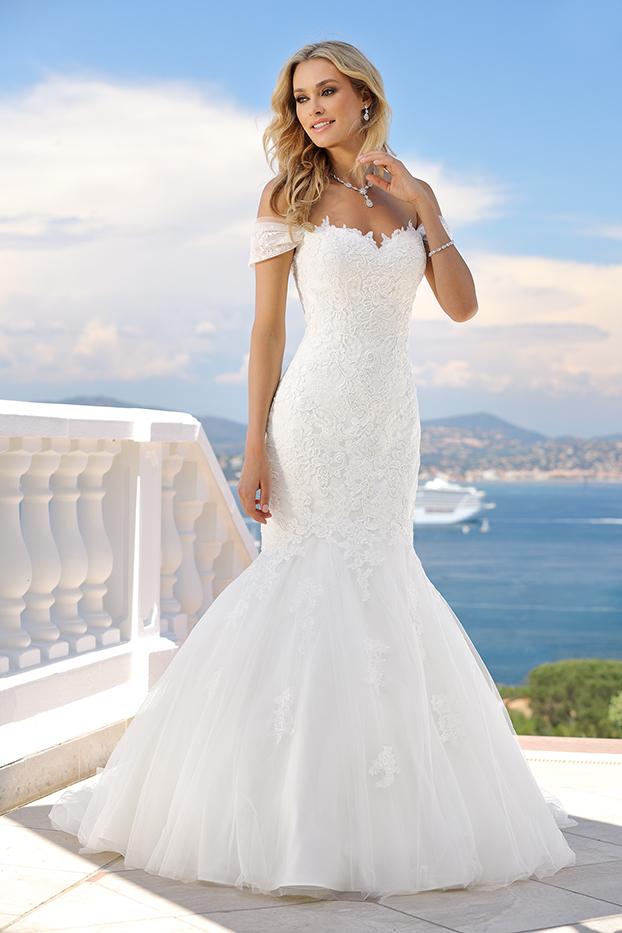 Komplettansicht - Meerjungfrau Brautkleid im Fit and Flare Stil aus Style Form Spitze. Das Brautkleid im Meerjungfrau Stil ist lang, schlicht und durch den wunderschöenen Carmenausschnitt schulterfrei. Die kleine Schleppe macht das Traumkleid in der Farbe Ivory perfekt.