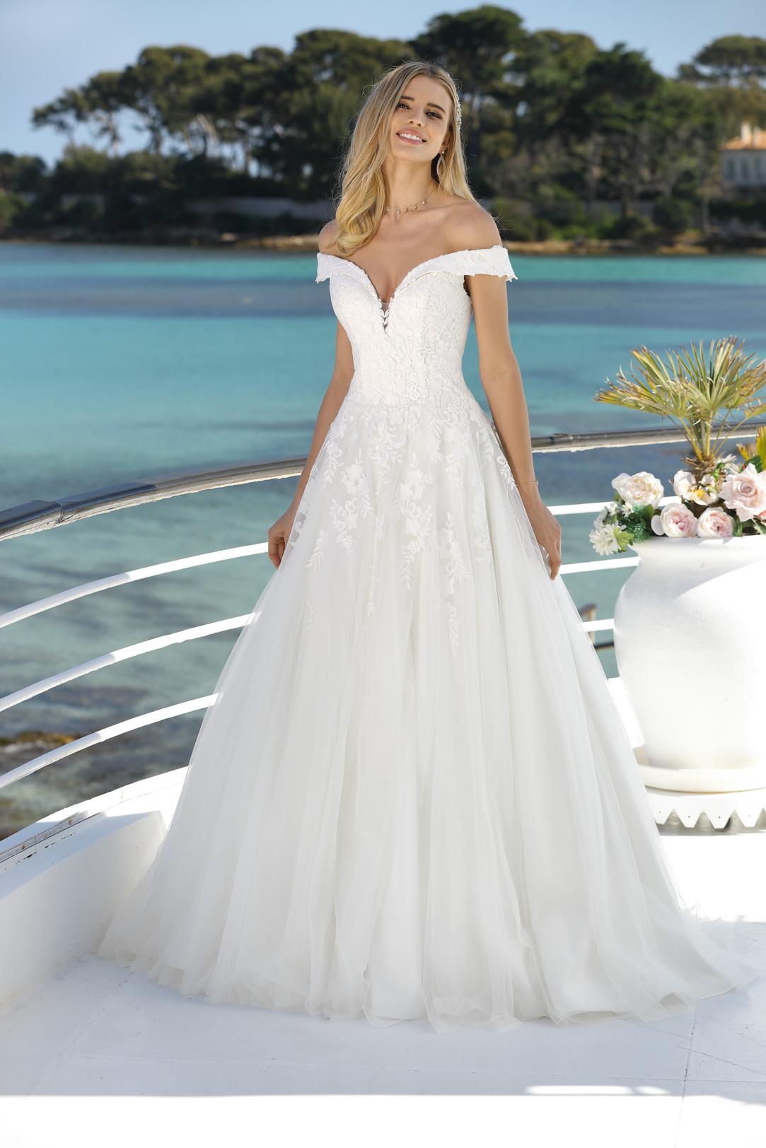 Brautkleider Hochzeitskleider in klassischer A Linie von Ladybird Modell 421002 feinsten abfließenden Spitzen Applikationen am Oberteil und Rock mit dekorativem Carmen Ausschnitt und weitem Organza Rock