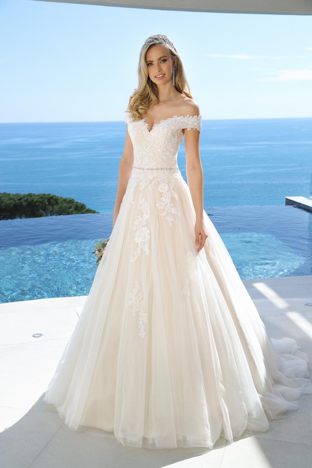 Brautkleider Hochzeitskleider in klassischer A Linie von Ladybird Modell 421023 feinste Spitzen Applikationen am Oberteil und Rock mit dekorativem Carmen Ausschnitt und weitem Organza Rock