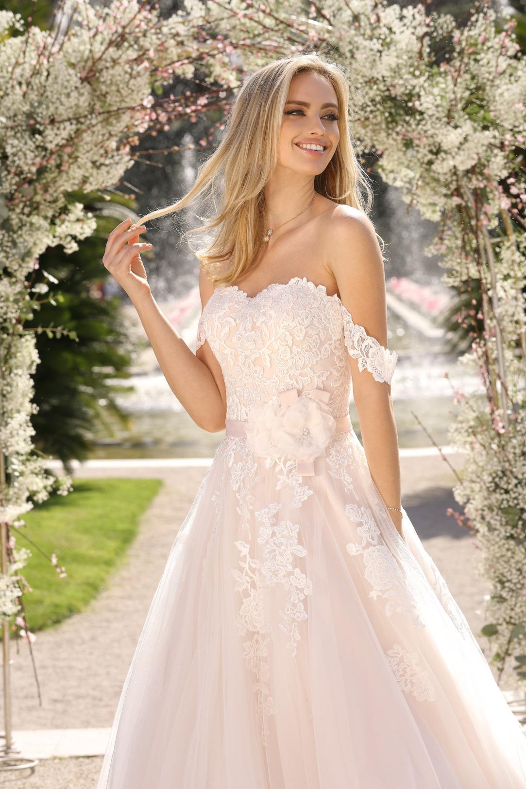 Brautkleider Hochzeitskleider in klassischer A Linie von Ladybird Modell 421028 mit feinsten Spitzen Applikationen am Oberteil Corsagenkleid mit off Shoulder Trägern Detailansicht