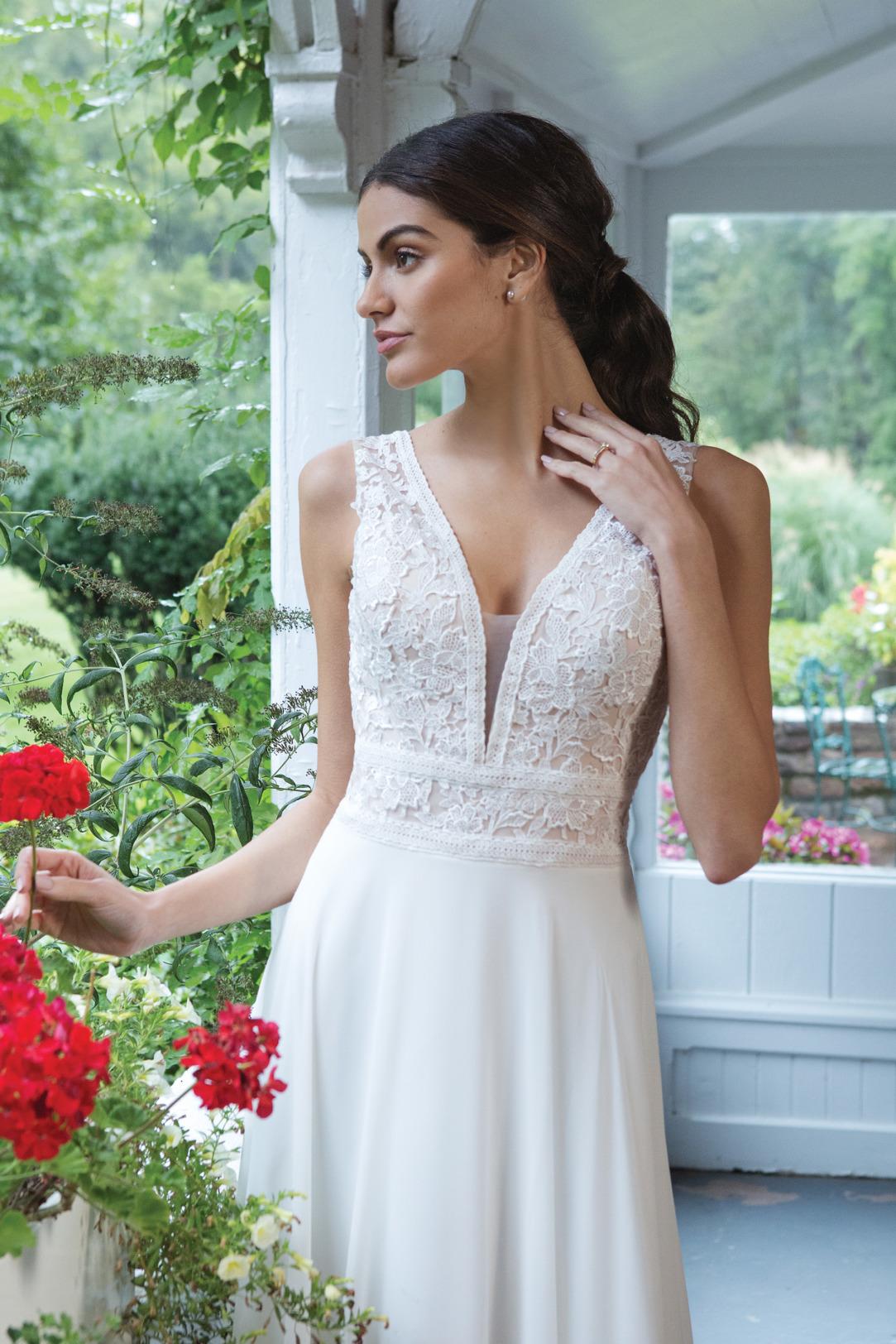 Brautkleider Hochzeitskleider Sincerity Empire Stil Style Form Spitze lang schlicht Vintage mit V Ausschnitt breiter Träger Chiffon Rock kleine Schleppe Nahaufnahme
