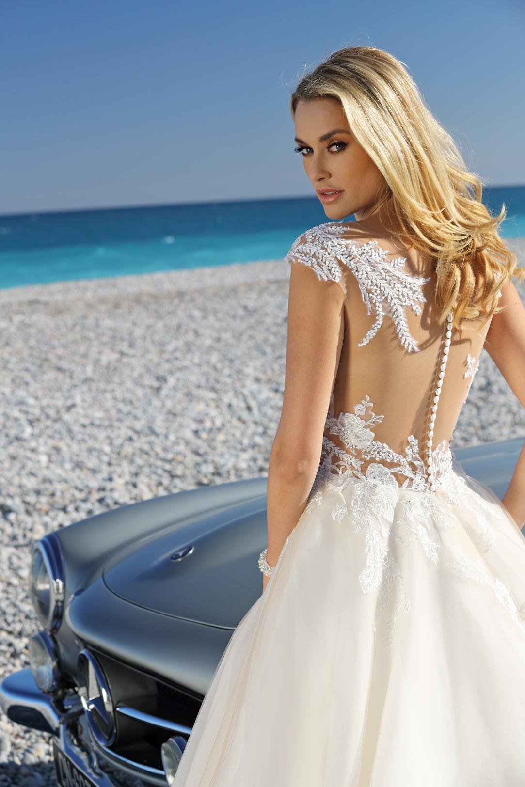 Brautkleider Hochzeitskleider Ladybird aufwendiger Prinzessinnenstil Stil Style Form Applikationen aus Spitze Strass Glitzer lange Schleppe weiter Tüll Rock Tatoospitze in 3D Optik am Rücken Knopfleiste Rückansicht