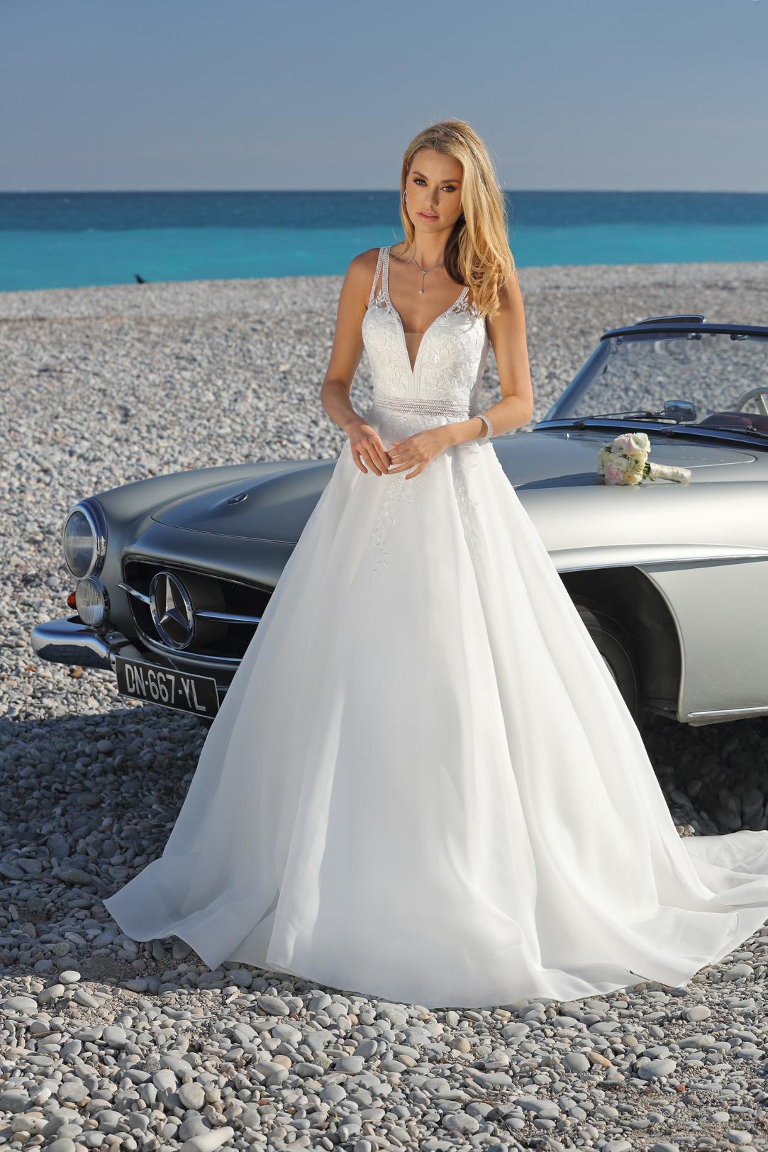 Brautkleider Hochzeitskleider Ladybird aufwendiger Prinzessinnenstil Stil Style Form V-Ausschnitt Spitze Strass Glitzer lange Schleppe weiter Organza Rock Taillenbetonung