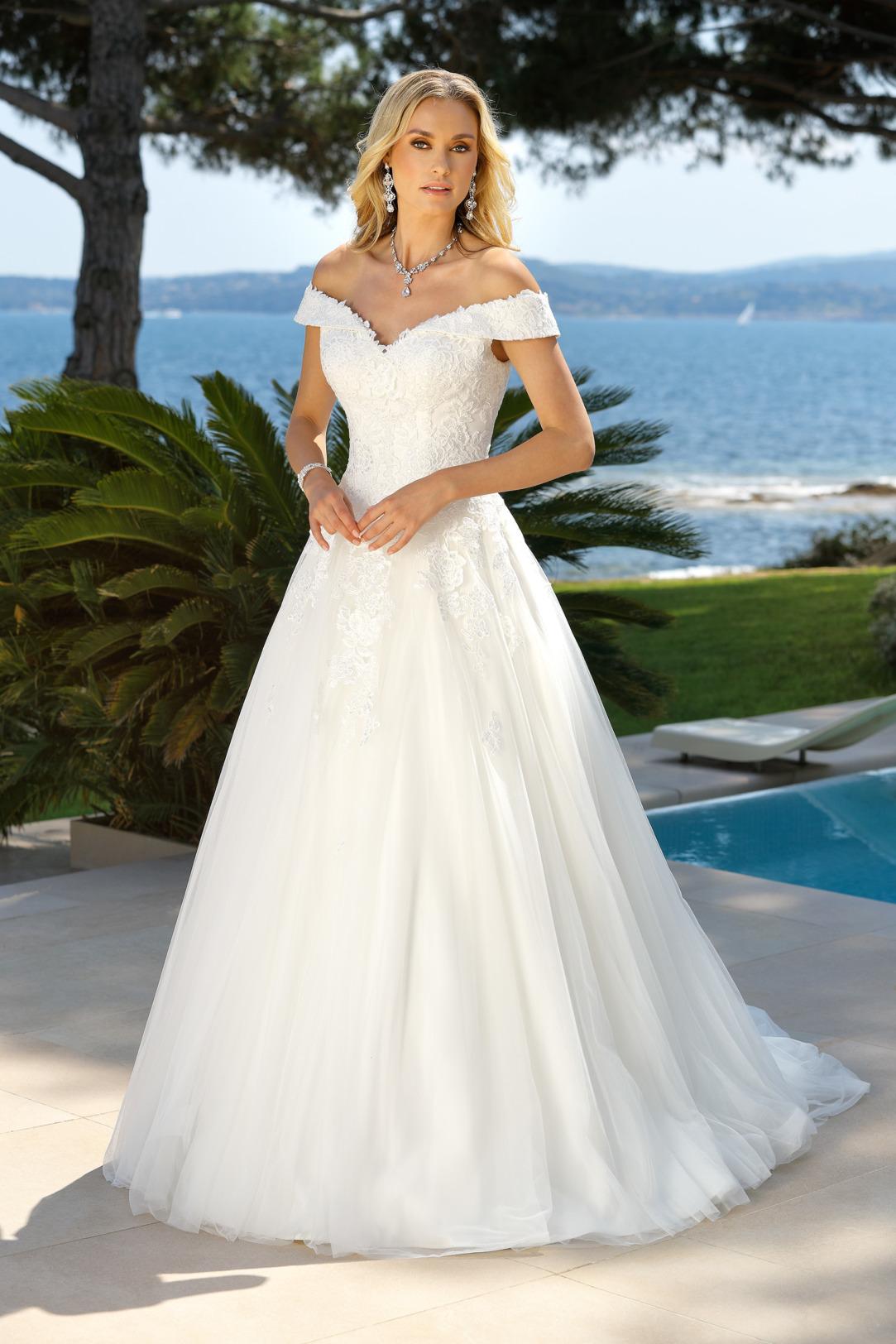 Brautkleider Hochzeitskleider Ladybird aufwendiger Prinzessinnenstil Stil Style Form Carmen-Ausschnitt Applikationen aus Spitze Strass Glitzer lange Schleppe weiter Tüll Rock