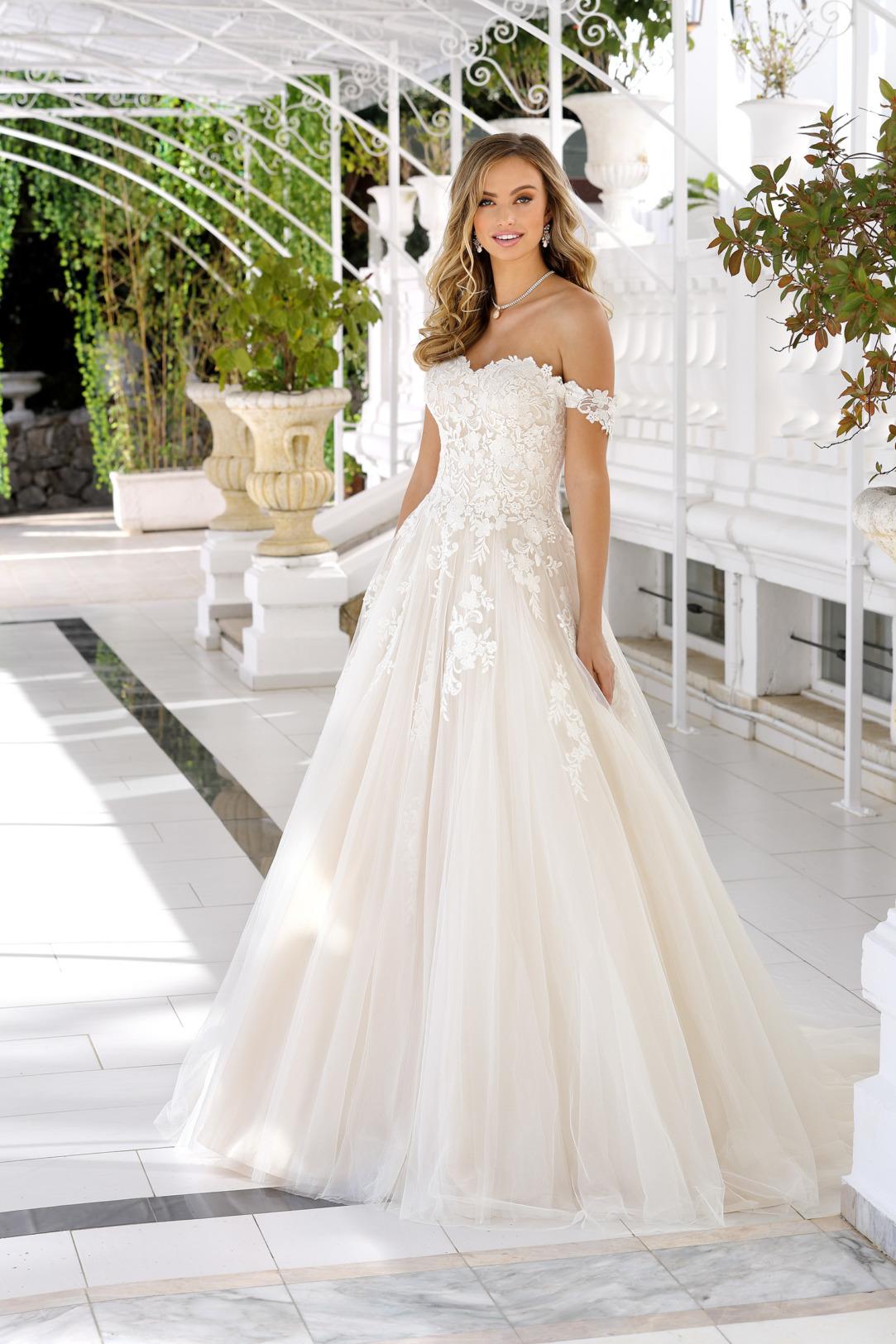 Brautkleider Hochzeitskleider Ladybird aufwendiger Prinzessinnenstil Stil Style Form Applikationen aus Spitze Herz Corsage lange Schleppe weiter Tüll Rock