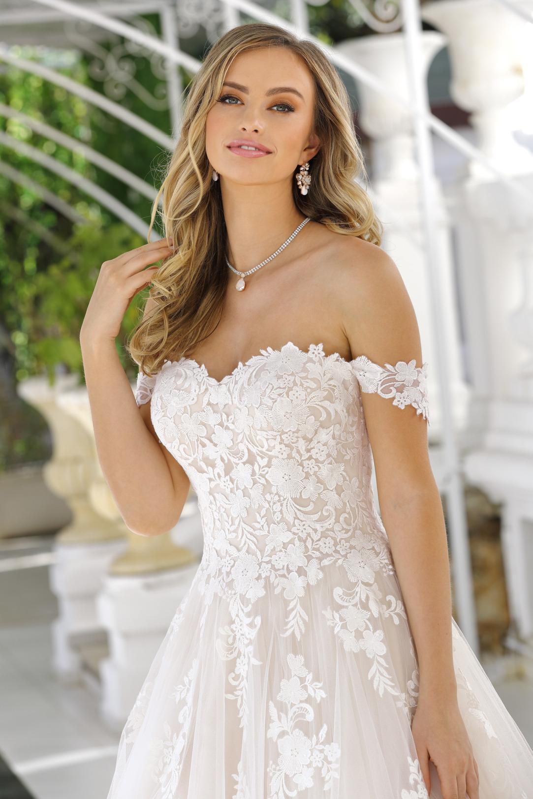 Brautkleider Hochzeitskleider Ladybird aufwendiger Prinzessinnenstil Stil Style Form Applikationen aus Spitze Herz Corsage lange Schleppe weiter Tüll Rock Nahaufnahme