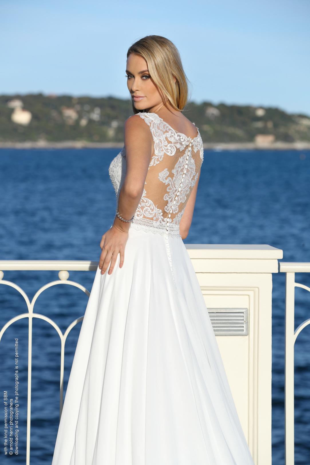 Brautkleider Hochzeitskleider Mode A Linie Ladybird mit V-Ausschnitt breite Täger Spitze im Oberteil weiter Chiffon Rock schlicht mit Schleppe Rückansicht Nahaufnahme