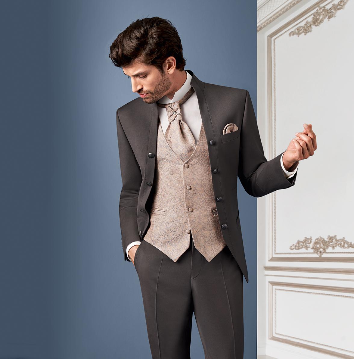 Wilvorst Tziacco Hochzeitsanzug Männer Mode Bräutigam extravagant mokkabraun braun mit cappuccino Weste Stehkragen edel ohne Muster Jabot Einstecktuch