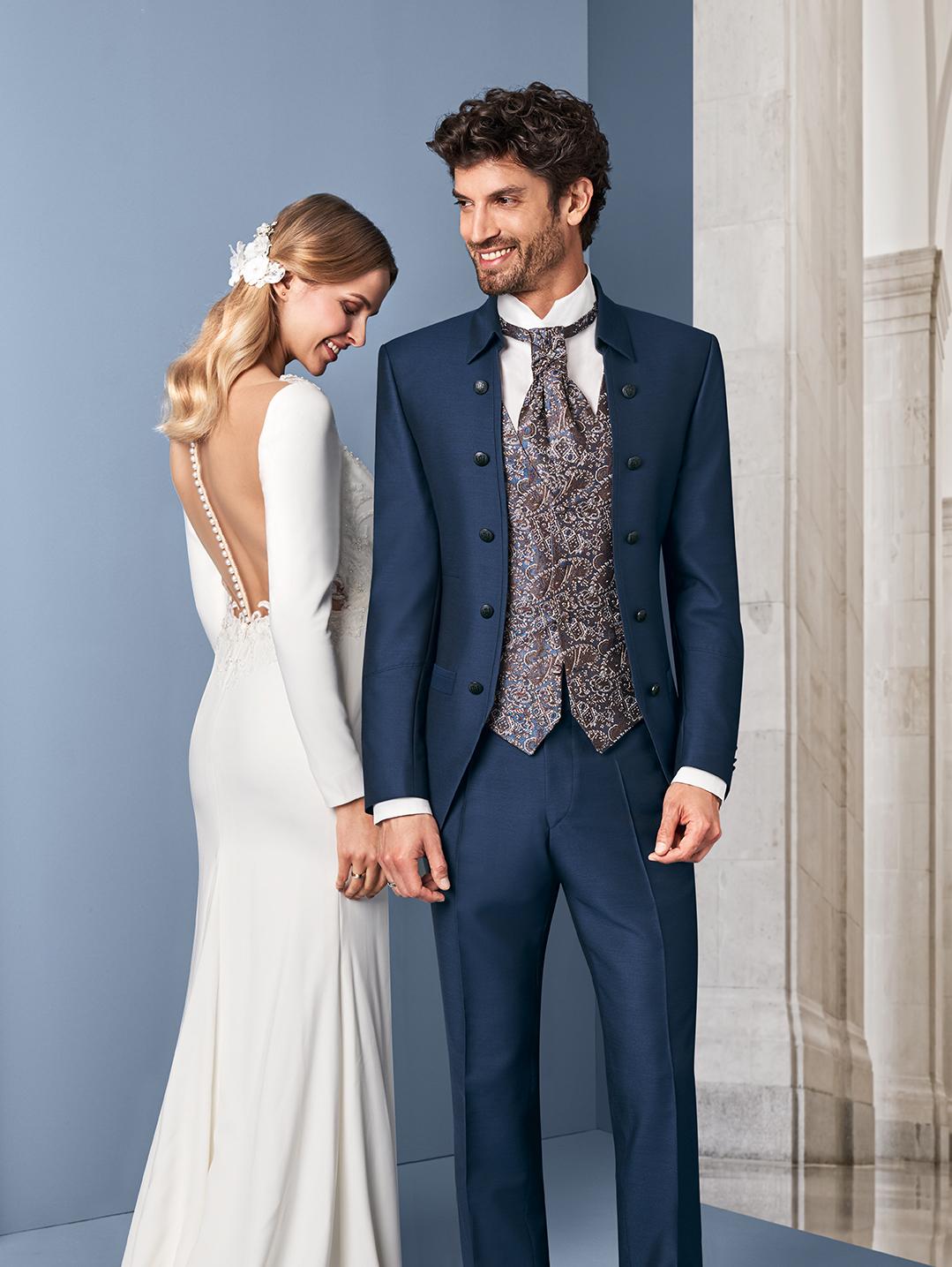 Wilvorst Tziacco Hochzeitsanzug Männer Mode Bräutigam extravagant blau lightblue mittelblau hoher Kragen mit Weste gemustert passendes Jabot