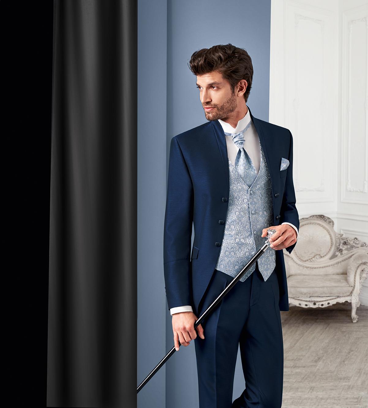 Wilvorst Tziacco Hochzeitsanzug Männer Mode Bräutigam extravagant royalblau blau mit Weste hellblau Stehkragen Jabot Einstecktuch