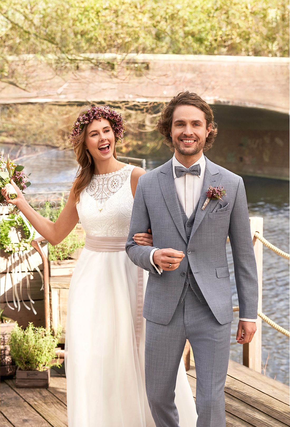 Wilvorst Green Wedding Hochzeitsanzug Männer Mode Bräutigam klassische Form vintage boho Stil Zweiknopf hellblau mit karrierter Weste in blau und passender blauer Fliege taillierte Silouhette