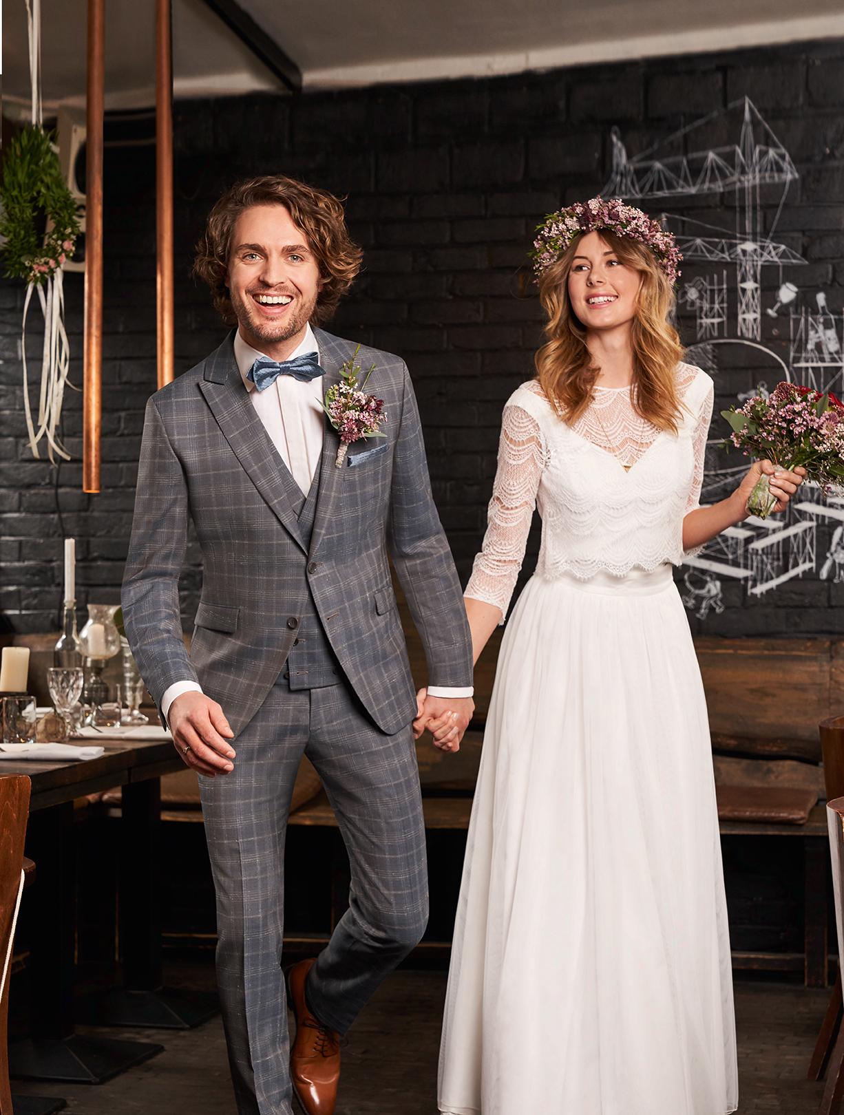 Wilvorst Green Wedding Hochzeitsanzug Männer Mode Bräutigam klassische Form vintage boho Stil grosses karo blau grau mit passender Weste blaue Fliege