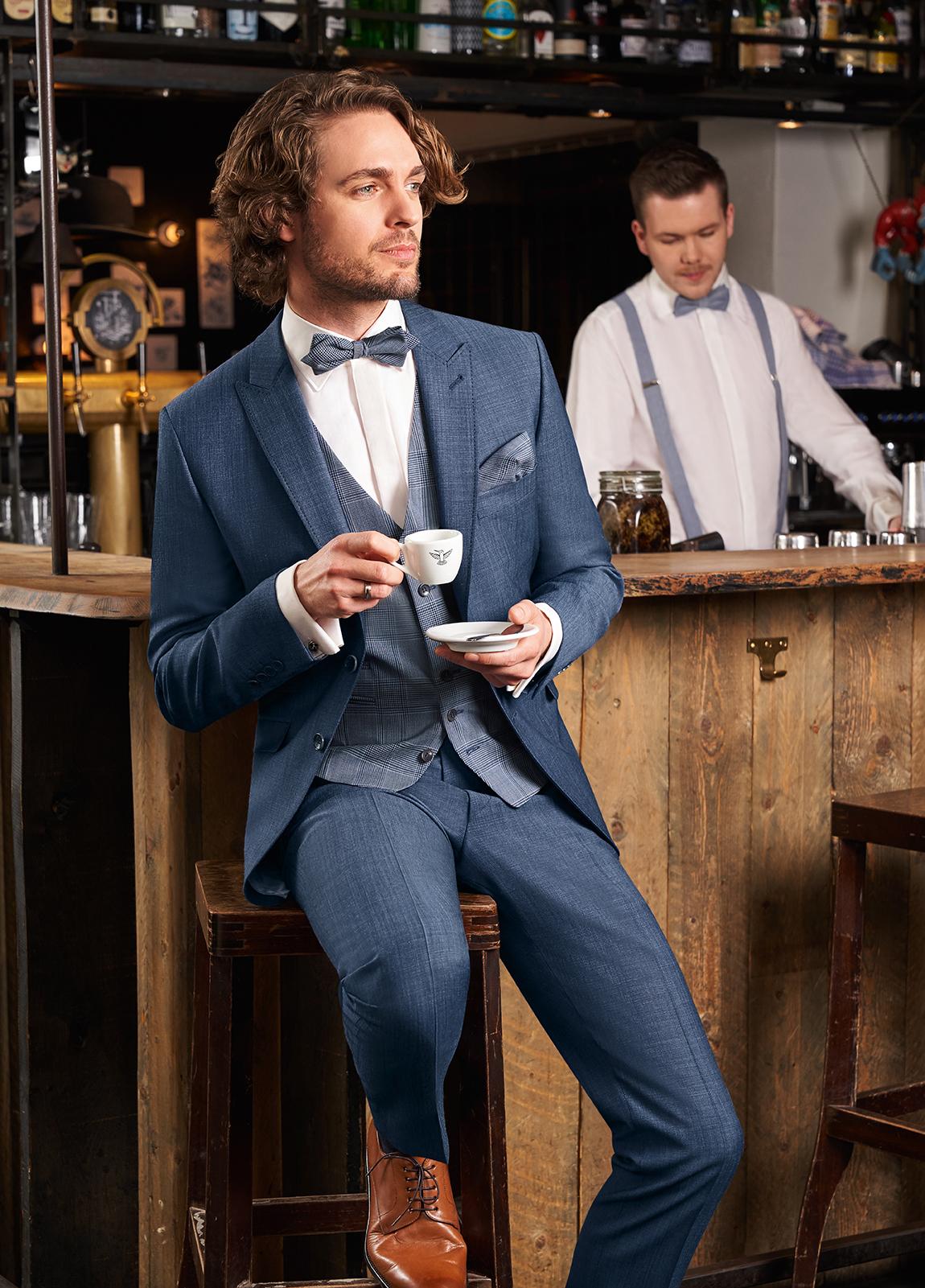 Wilvorst Green Wedding Hochzeitsanzug Männer Mode Bräutigam klassische Form vintage boho Stil blau uni Karo Zweiknopf passende Weste blau karriert blaue Fliege