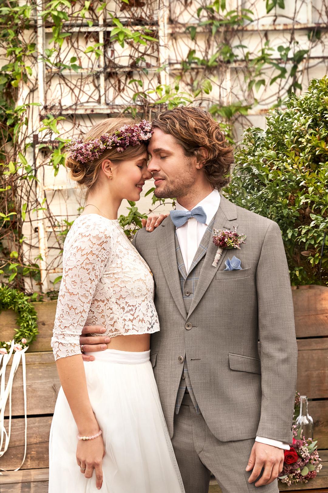 Wilvorst Green Wedding Hochzeitsanzug Männer Mode Bräutigam klassische Form vintage boho Stil naturfarben braun leichtes Karo Zweiknopf passende Weste karriert Fliege hellblau