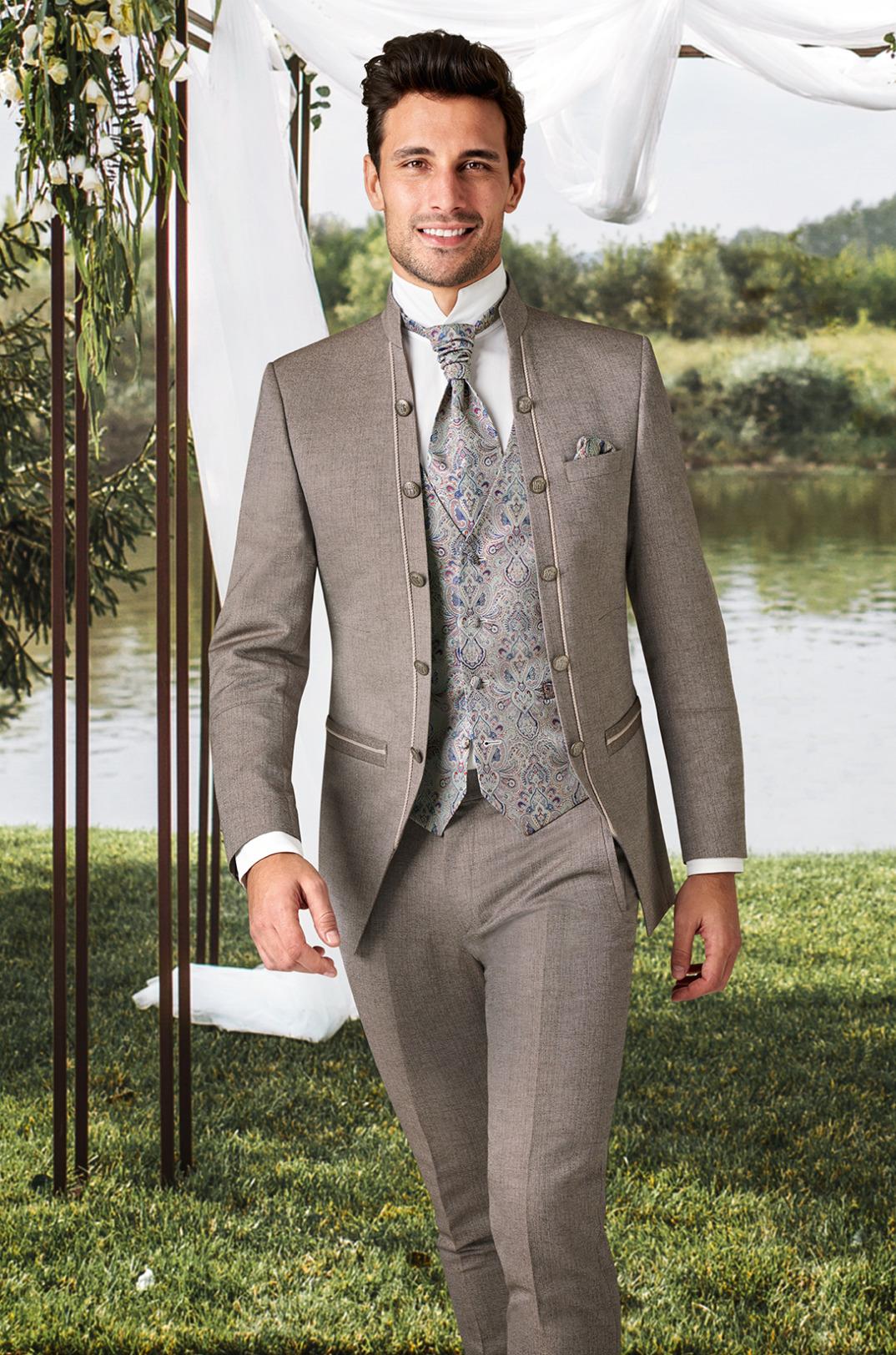 Wilvorst Tziacco Hochzeitsanzug Männer Mode Bräutigam klassisch nude braun mit Ziernähten Stehkragen und gemusterter Weste Jabot weisses Hemd mit Stehkragen