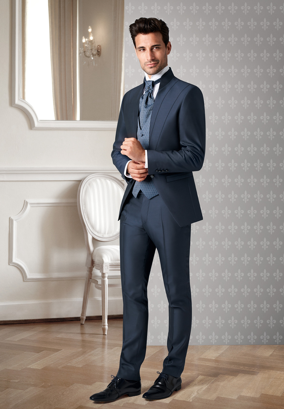 Wilvorst Tziacco Hochzeitsanzug Männer Mode Bräutigam extravagant mittelblau mit Ziernähten Stehkragen und gemusterter Weste Einknopf Jabot weisses Hemd