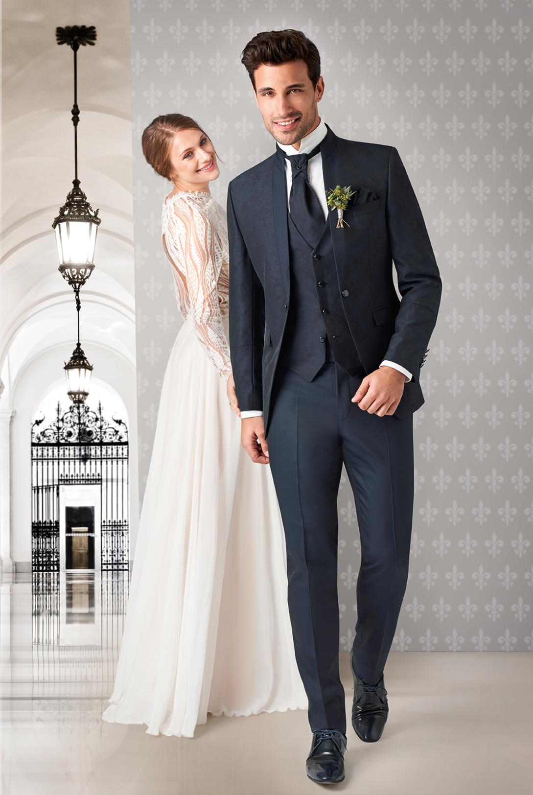 Wilvorst Tziacco Hochzeitsanzug Männer Mode Bräutigam extravagant dunkelblau Einknopf kleiner Stehkragen mit Weste Jabot weisses Hemd