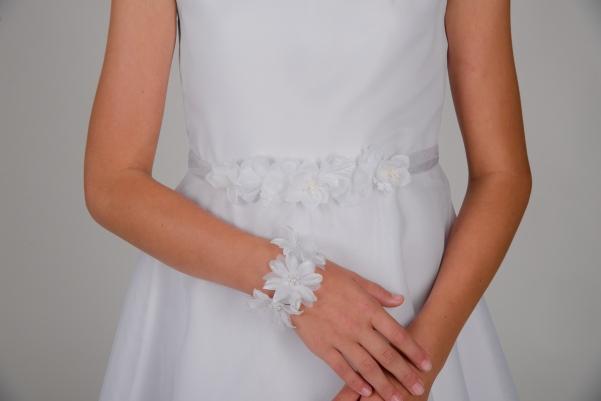 Weise Kinder Kommunion Mode Kleid Mädchen weiß ohne Ärmel Satin kleine Blüten Applikation am Gürtel Nahaufnahme und Blütenarmband weiß