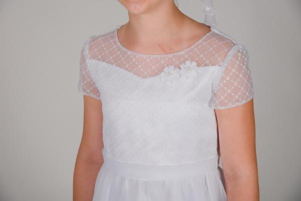 Weise Kinder Kommunion Mode Kleid Mädchen weiß mit kleinem Ärmel aus besticktem Organza kleine Blüten Applikation Nahaufnahme