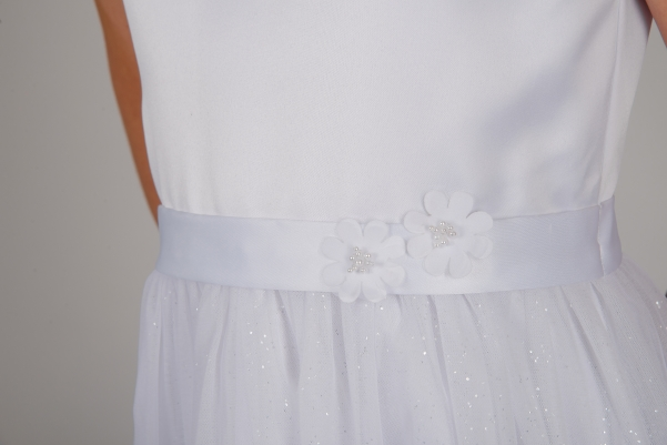 Weise Kinder Kommunion Mode Kleid Mädchen weiß ohne Ärmel glitzer Tüllrock mit Taillengürtel mit Blume Nahaufnahme