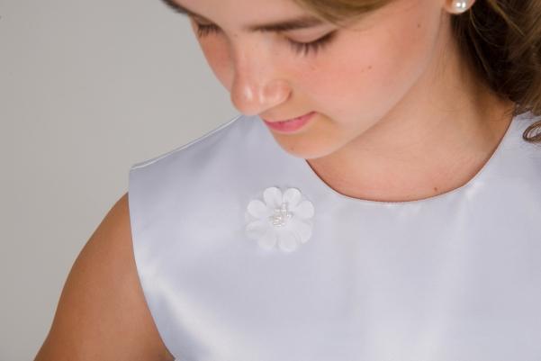 Weise Kinder Kommunion Mode Kleid Mädchen weiß ohne Ärmel Nahaufnahme mit kleiner Blüte Satin