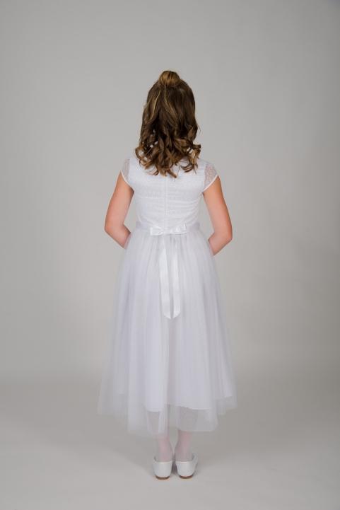 Weise Kinder Kommunion Mode Kleid Mädchen weiß mit kleinem Ärmel aus Spitze Nahaufnahme Tüllrock mit Satin Taillengürtel Rückansicht