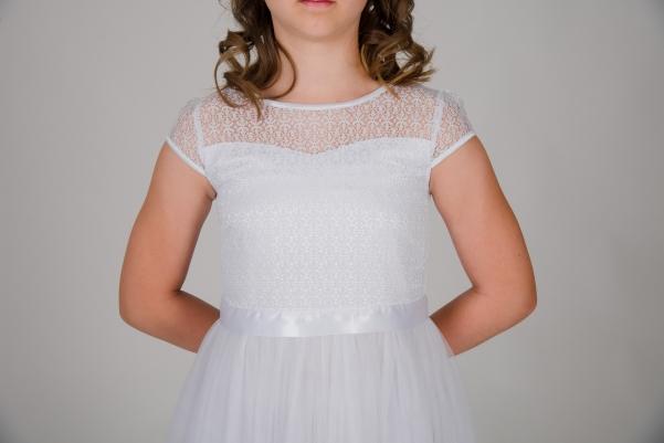 Weise Kinder Kommunion Mode Kleid Mädchen weiß mit kleinem Ärmel aus Spitze Nahaufnahme Tüllrock mit Satin Taillengürtel