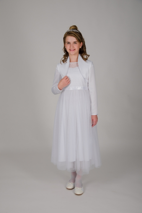 Weise Kinder Kommunion Mode Kleid Mädchen weiß mit kleinem Ärmel aus Spitze Nahaufnahme Tüllrock mit Satin Taillengürtel mit Bolero Jäckchen mit Stehkragen
