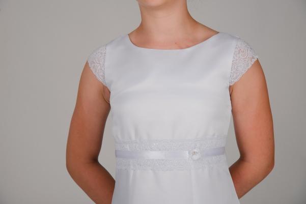 Weise Kinder Kommunion Mode Kleid Mädchen weiß mit kleinem Ärmel aus Spitze Nahaufnahme Spitzeneinsatz in Taille mit Satinband
