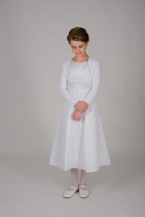Weise Kinder Kommunion Mode Kleid Mädchen weiß mit kleinem Ärmel aus Spitze Nahaufnahme Spitzeneinsatz in Taille mit Satinband dreiviertel Länge mit Bolero in weiß
