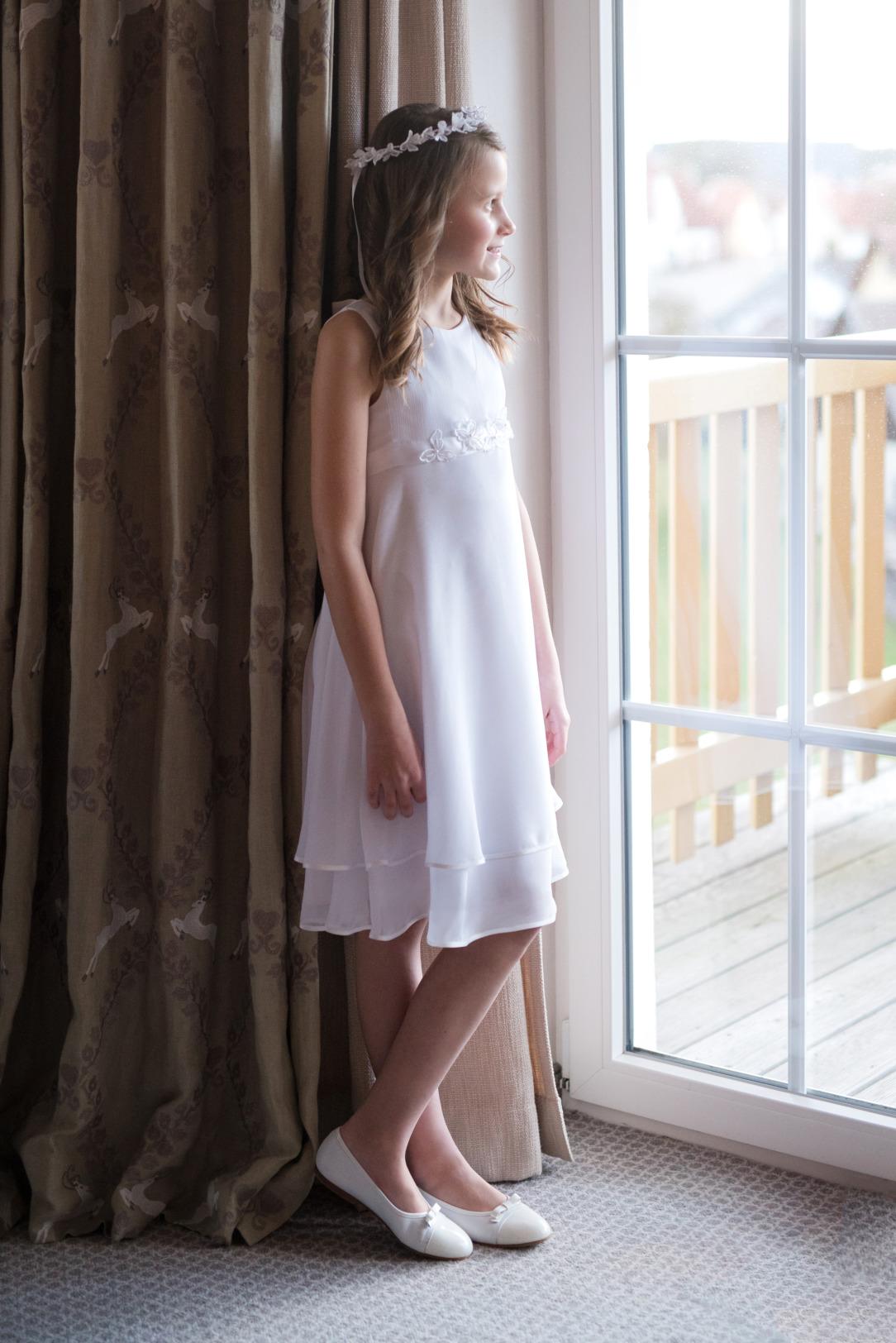 Weise Kommunion Mode Kleid Mädchen weiß dreiviertellang ohne Arm aus Chiffon mit Blumenapplikation