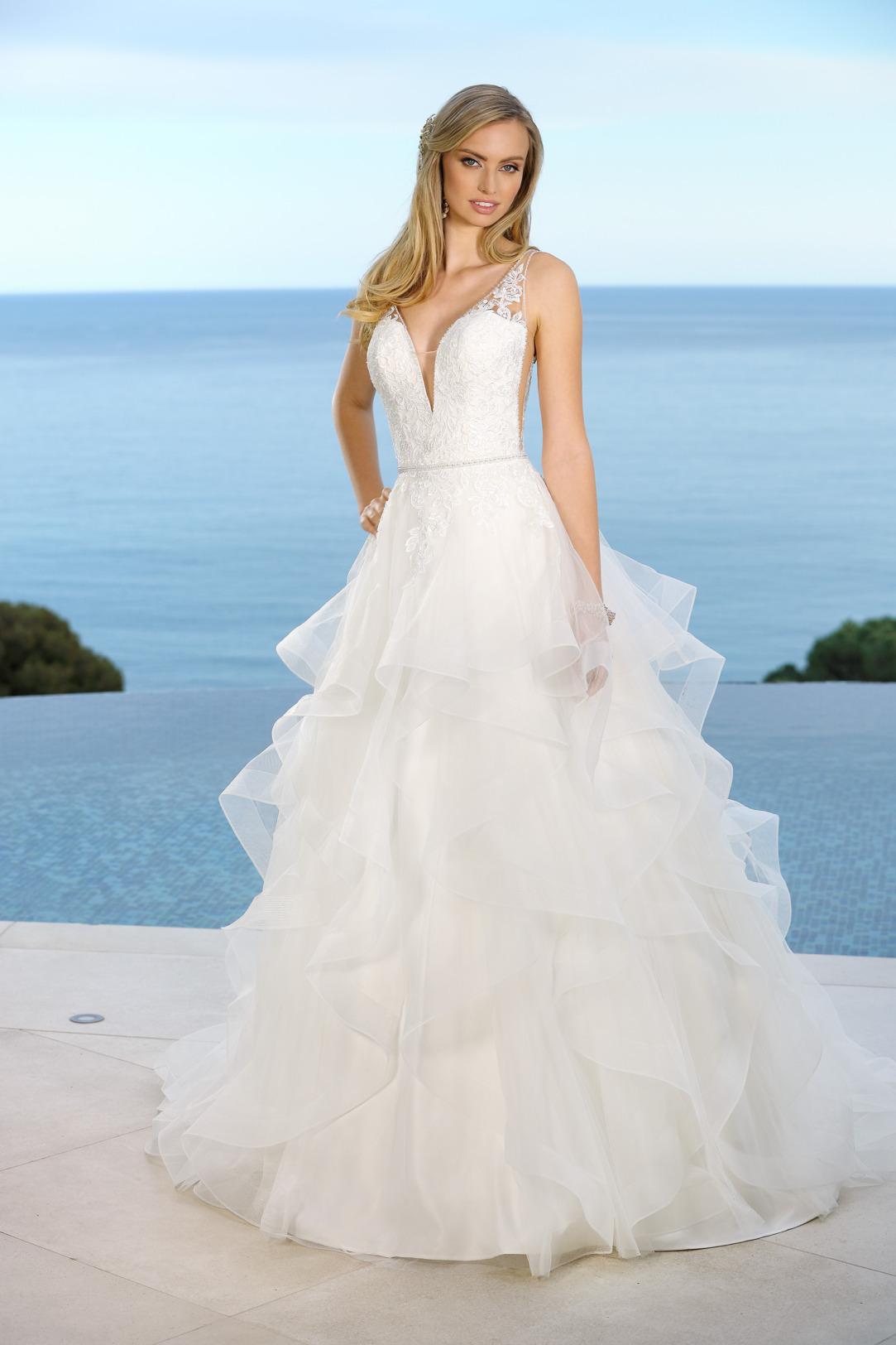 Brautkleid in A-Linie mit V-Ausschnitt und aufwendig gestuftem Rock. Hochzeitskleid in klassischer A Linie von Ladybird Modell 421041 mit tiefem V Ausschnitt und Spitzen Trägern.
