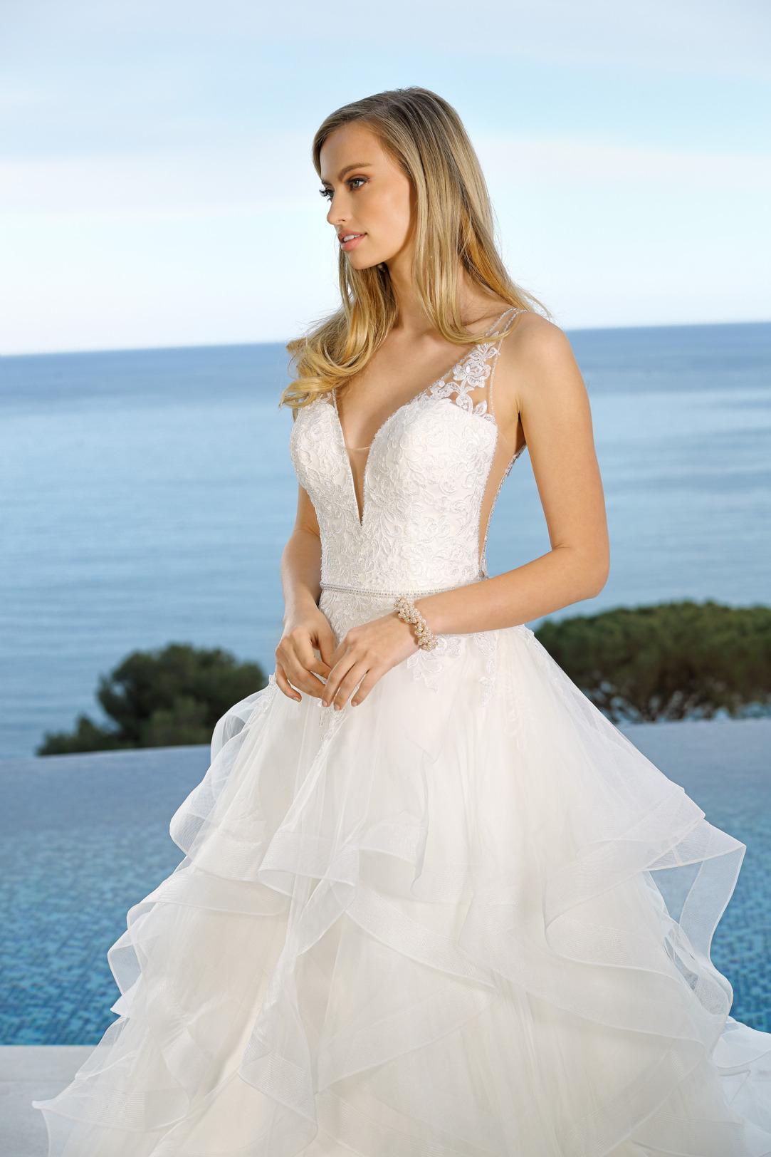 Detailansicht Brautkleid in A-Linie mit V-Ausschnitt und aufwendig gestuftem Rock. Hochzeitskleid in klassischer A Linie von Ladybird Modell 421041 mit tiefem V Ausschnitt und Spitzen Trägern.