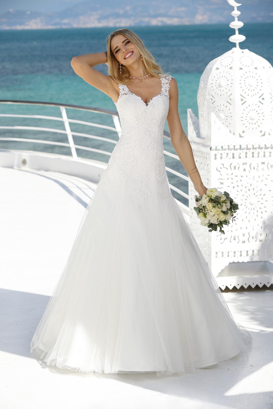 Brautkleid in A-Linie mit tiefem V-Ausschnitt und breiten Trägern. Hochzeitskleid mit feiner Spitze am Oberteil und einem leichten Softtüll Rock. Hochzeitskleid in klassischer A Linie von Ladybird Modell 421045.