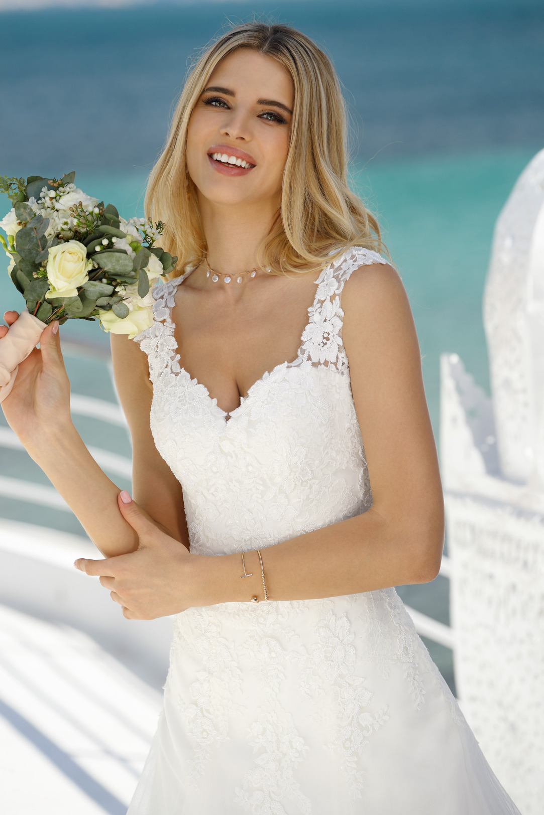 Detailansicht Hochzeitskleid in klassischer A Linie von Ladybird Modell 421045. Brautkleid in A-Linie mit tiefem V-Ausschnitt und breiten Trägern. Hochzeitskleid mit feiner Spitze am Oberteil und einem leichten Softtüll Rock
