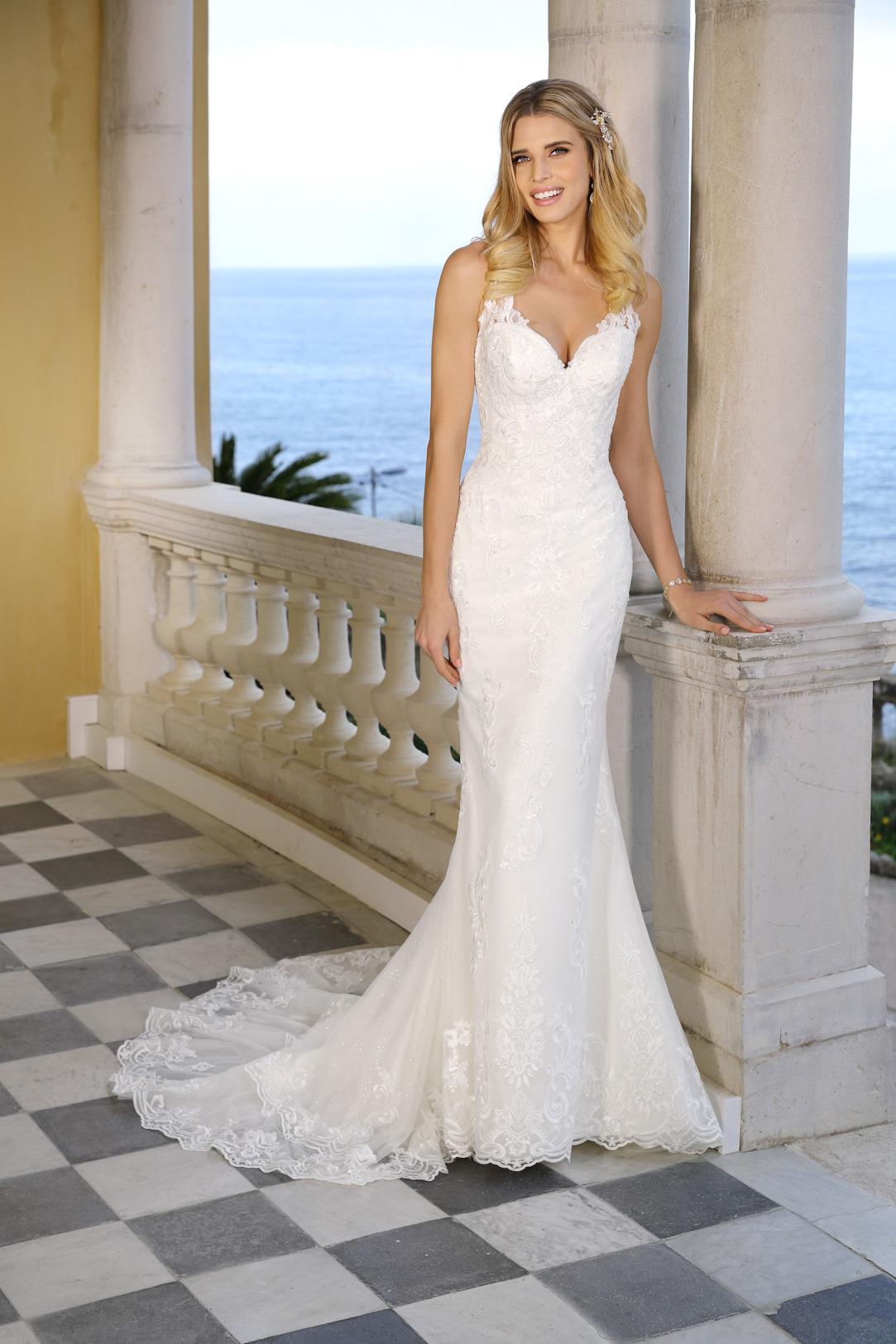 Schmales Hochzeitskleid im Mermaid Stil. Fit and Flare Stil von Ladybird, Modell 421060. Meerjungfrau Brautkleid mit V-Ausschnitt. Feinste Spitzen-Applikationen all over machen dieses Hochzeitskleid mit Schleppe zum absoluten Traum in Weiß.