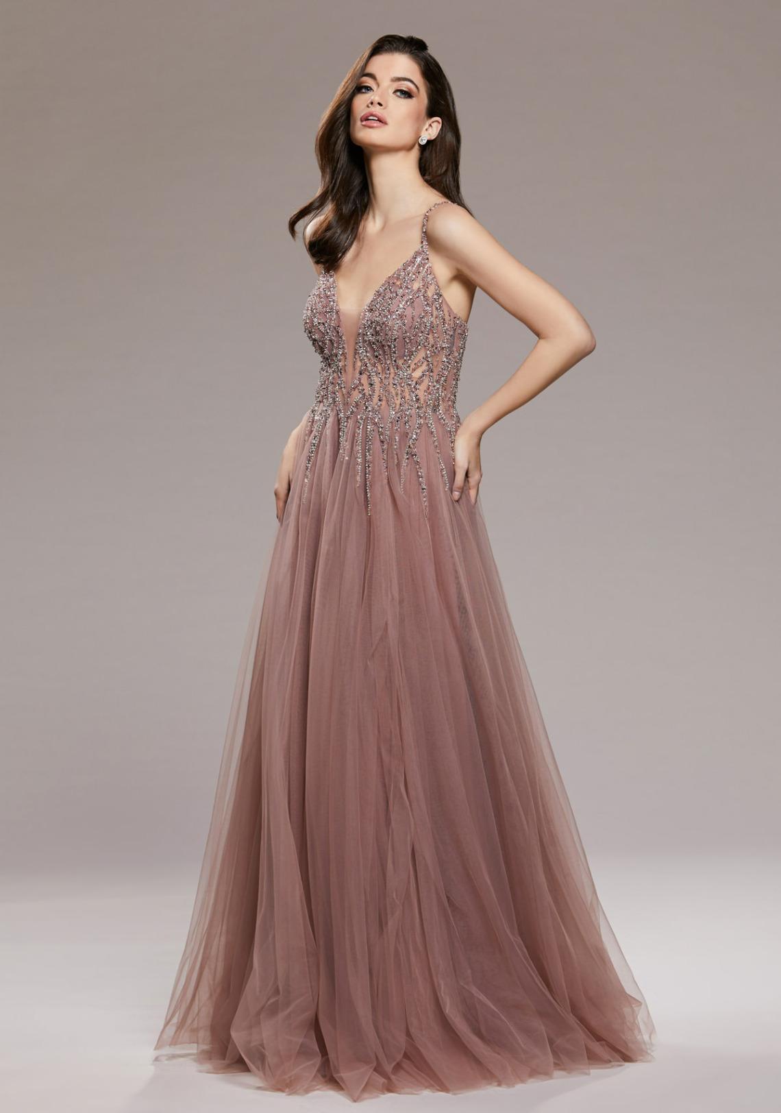 Traumhaftes Abiballkleid lang in Nude.  Dieses Abendkleid ist ein ausgefallenes Ballkleid. Es ist bodenlang, schön ausgefallen mit einem V Ausschnitt und Spagettiträgern. Die Farbe ist nude rose mit Glitzer - Vorderansicht
