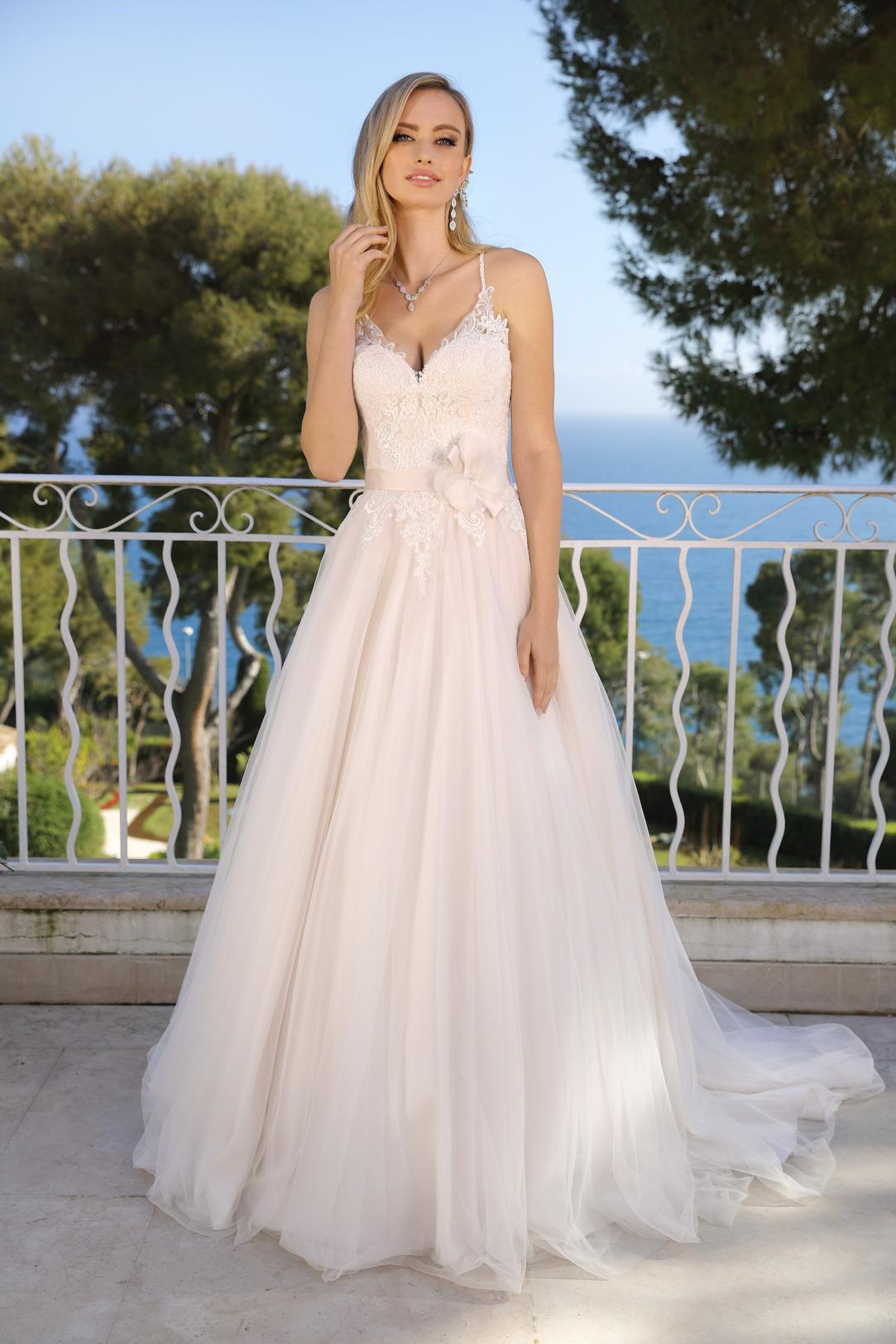 Brautkleid Hochzeitskleid in klassischer A Linie von Ladybird Modell 321000 mit ganz fein gearbeitetem V Ausschnitt und schmalen Trägern Spitze im Dekolltee das Kleid in der Farbe light pink rose und weitem Tüllrock