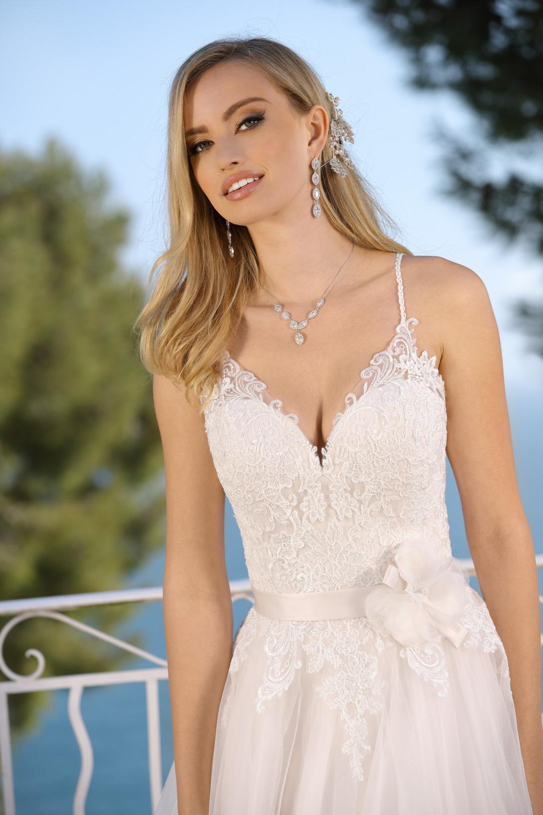 Brautkleid Hochzeitskleid in klassischer A Linie von Ladybird Modell 321000 mit ganz fein gearbeitetem V Ausschnitt und schmalen Perlen Trägern Spitze im Dekolltee das Kleid in der Farbe light pink rose Nahaufnahme Oberteil