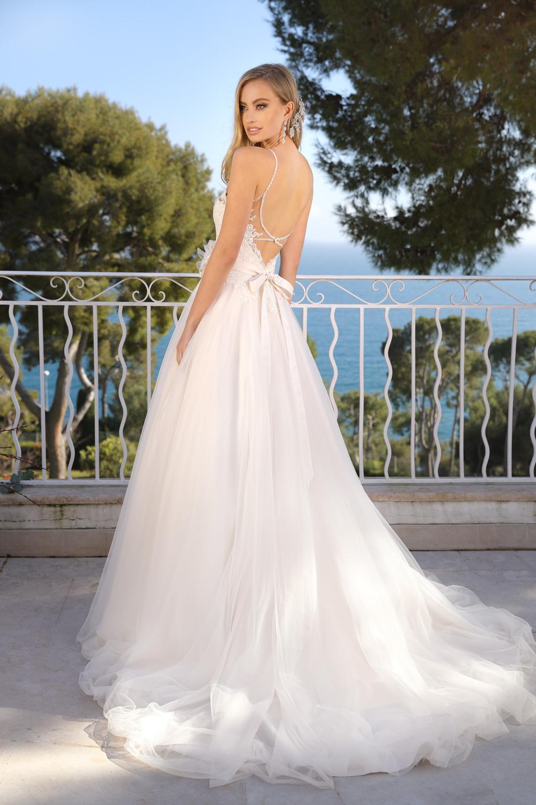 Brautkleid Hochzeitskleid in klassischer A Linie von Ladybird Modell 321000 mit ganz fein gearbeitetem V Ausschnitt und schmalen Trägern Spitze im Dekolltee das Kleid in der Farbe light pink rose und weitem Tüllrock und Schleppe