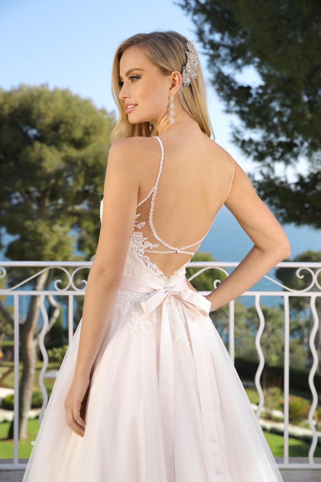 Brautkleid Hochzeitskleid in klassischer A Linie von Ladybird Modell 321000 mit ganz fein gearbeitetem V Ausschnitt und schmalen Trägern Spitze im Dekolltee das Kleid in der Farbe light pink rose Nahaufnahme Rücken