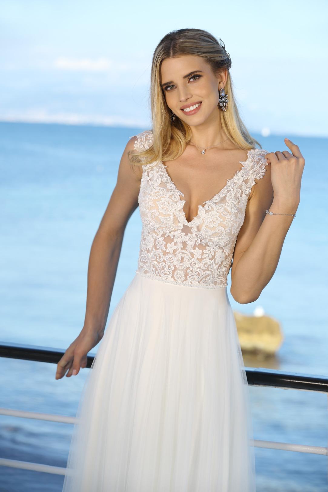 Hochzeitskleid im Vintage Boho Look. Brautkleid im Empire Stil von Ladybird Modell 321013 nur leicht transparente Spitze im Oberteil mit V Ausschnitt und breiten Trägern hier mal ohne Strass und Perlen
