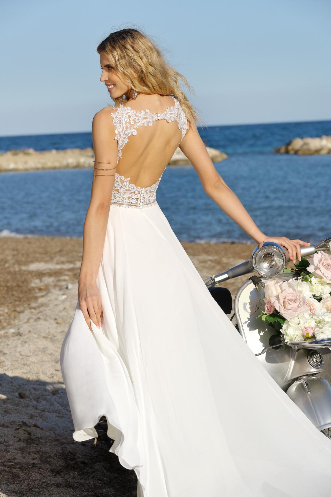 Empire Brautkleid rückenfrei. Hochzeitskleid im Vintage Boho Stil von Ladybird Modell 321019 mit V-Ausschnitt und Spitzen Trägern leicht transparenter Taillengürtel und rundem Rückenausschnitt