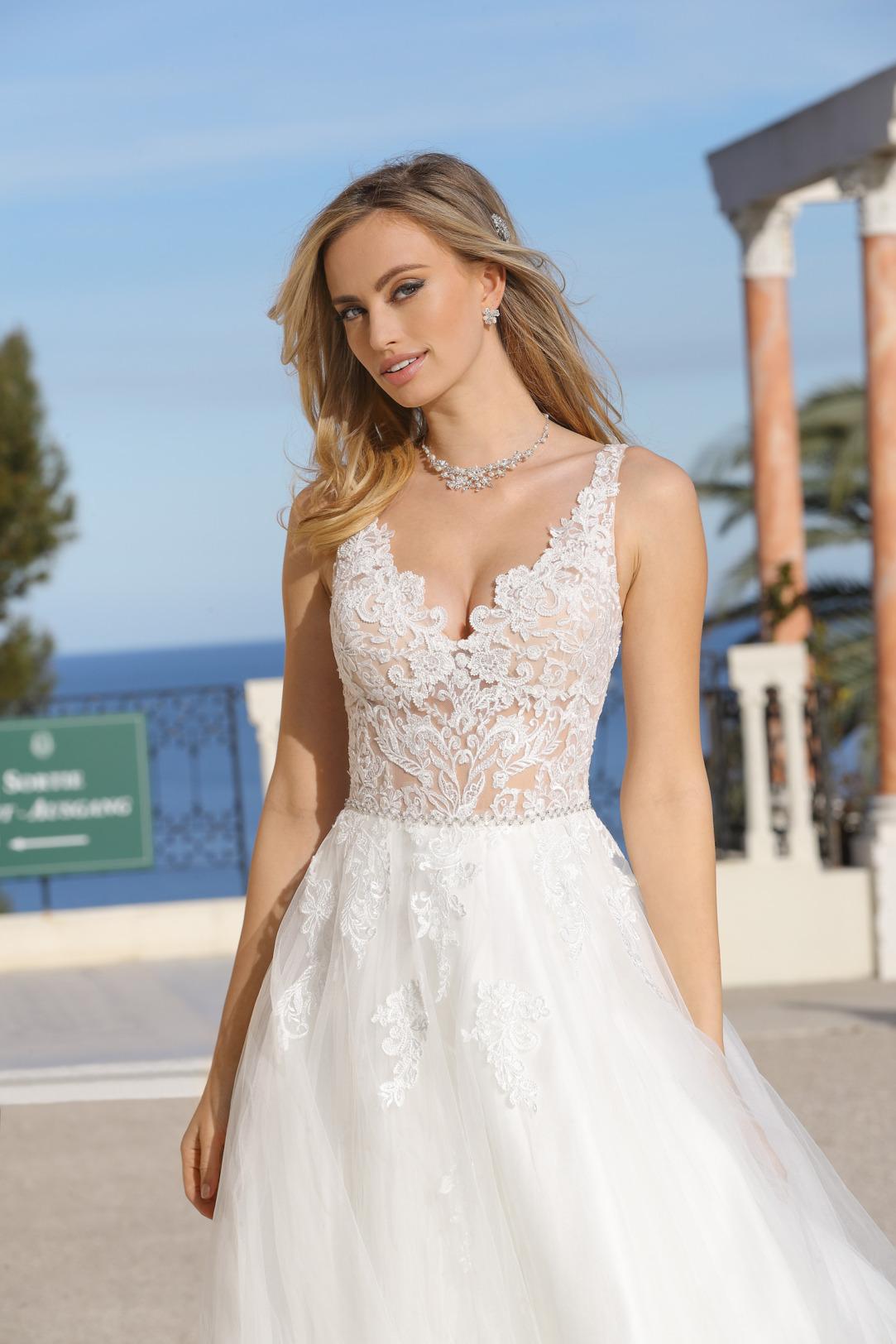 Prinzessinnen Brautkleid von Ladybird Modell 321042 mit transparenter Spitze und V Ausschnitt Nahaufnahme vorne