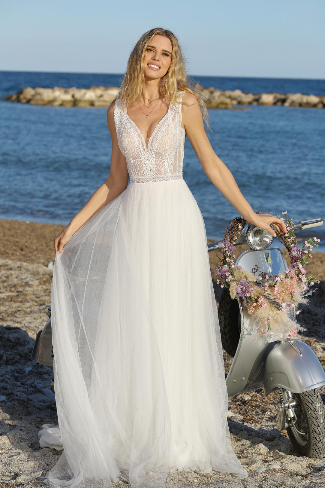 Brautkleid im Empire Stil mit transparenter feiner Spitze und V Ausschnitt. Hochzeitskleid im Vintage Stil von Ladybird Modell 321044