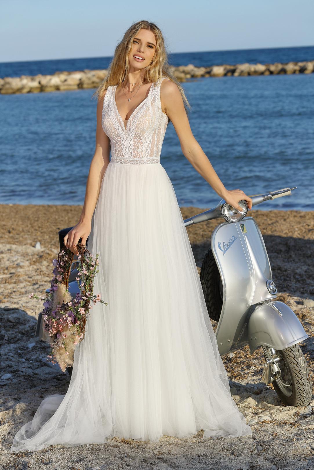 Brautkleid im Empire Schnitt von Ladybird Modell 321044. Traumhaftes Hochzeitskleid im Vintage Stil, mit transparenter feiner Spitze und V Ausschnitt und leichtem Tüllrock